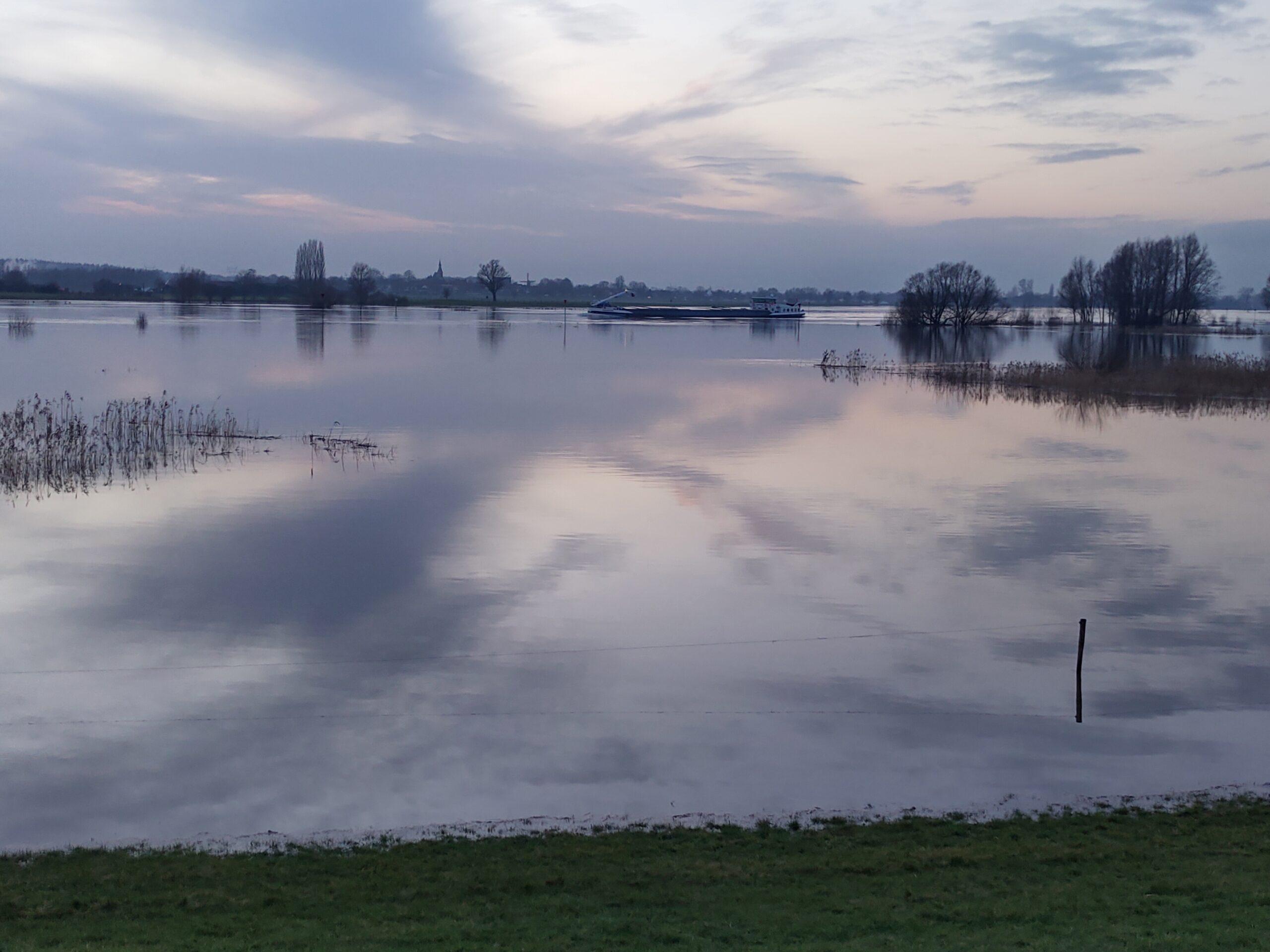 Stijgt het wassende water van de IJssel ons tot aan de lippen… heb je filmpjes of foto' s?